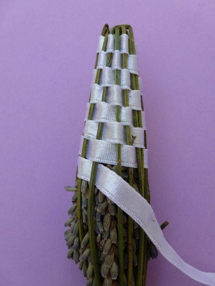 5- Tissez votre ruban brin par brin avec le ruban - DIY fusette de lavande