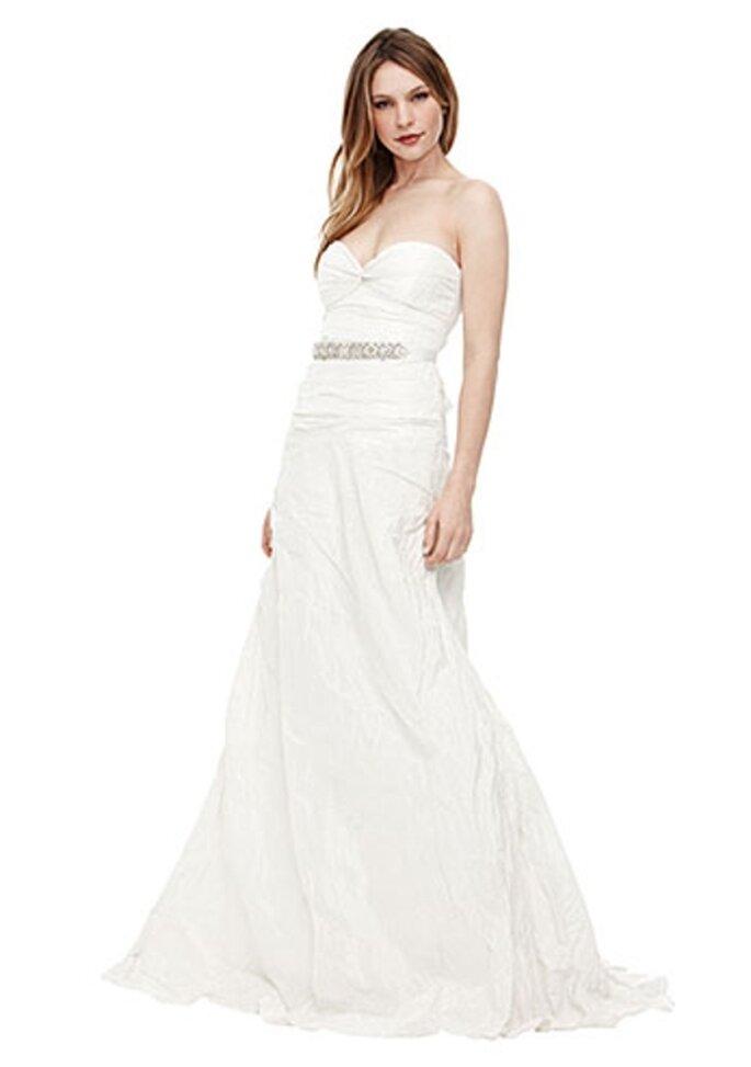 Vestido de novia strapless corrugado y con cinto - Foto Nicole Miller