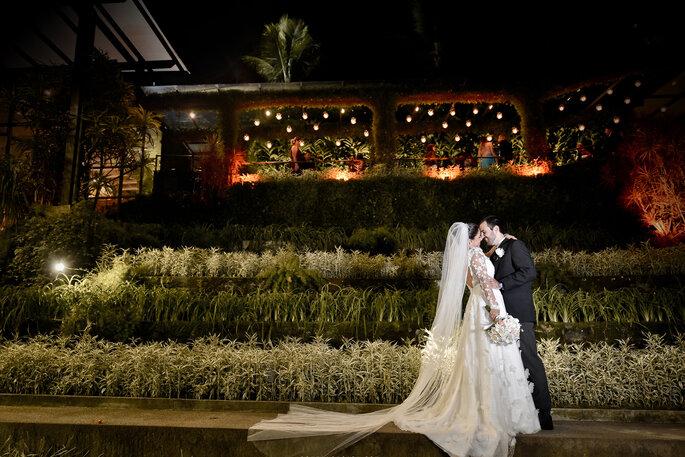 Noivos se olham em jardim do casamento