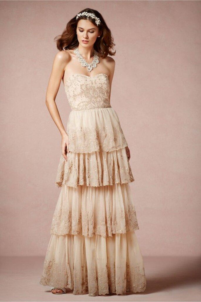Vestido de novia 2014 con escote strapless y falda con capas de tela - Foto BHLDN