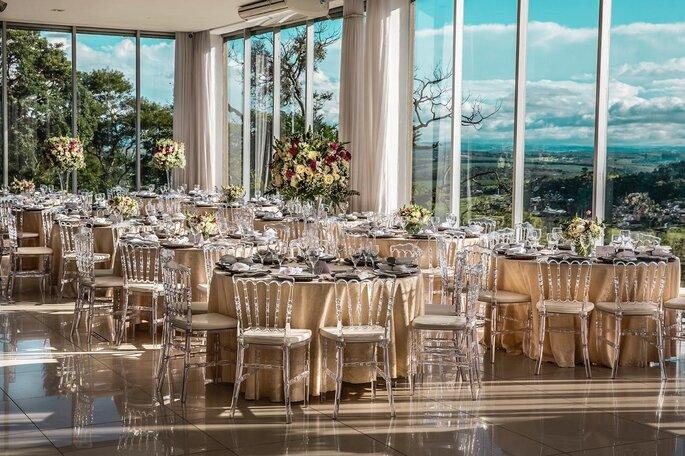 salão de festas com mesas decoradas e vista