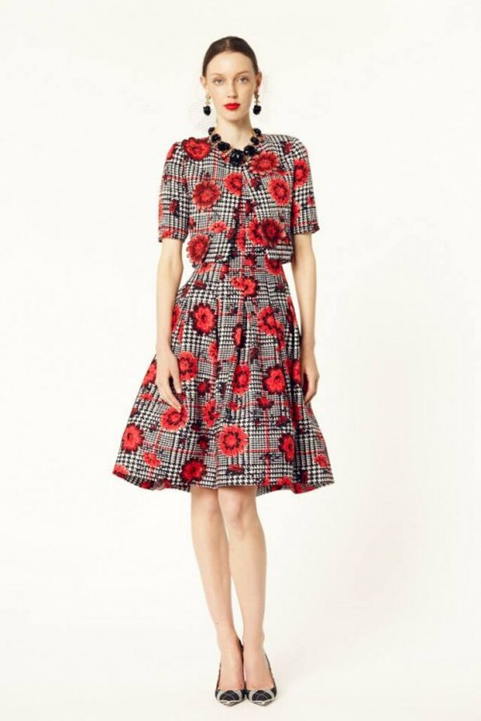 Vestido de fiesta 2014 en color gris oxford con estampado a cuadros y de flores en tono rojo intenso - Foto Oscar de la Renta