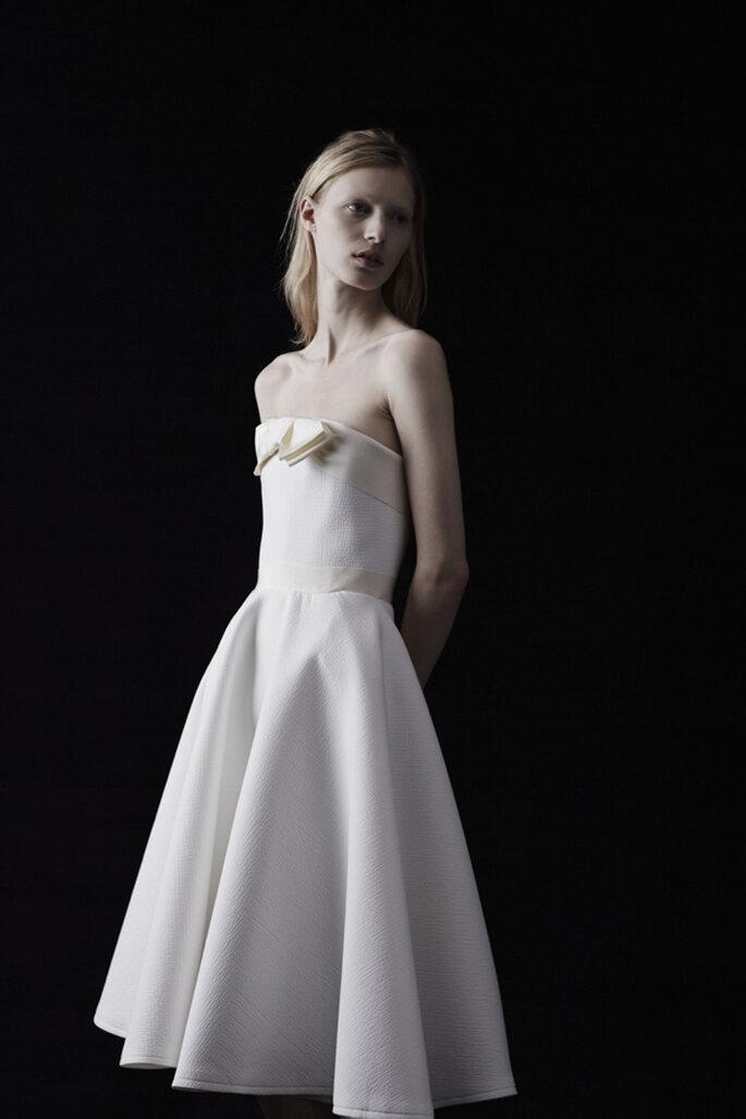 Vestido de novia corto en color blanco con detalles en tono nude y solapa en el escote - Foto Lanvin