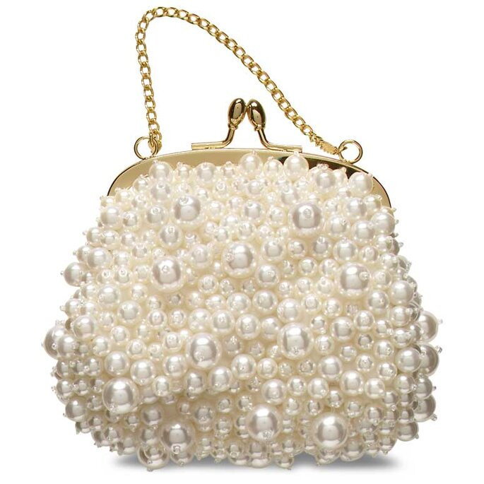 Un mini bag de perlas blancas y cadena corta para llevar en la muñeca