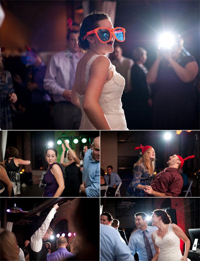 La novia y sus invitados bailando feliz en la fiesta - Foto: Alexandra Roberts