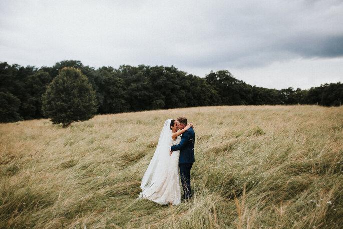 Et Si On Se Mariait - un couple posant dans un champs