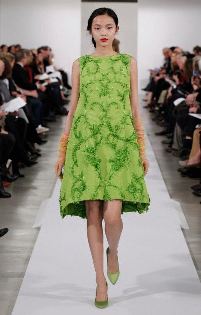 Vestido de fiesta en color verde brillante con bordados en relieve - Foto Oscar de la Renta