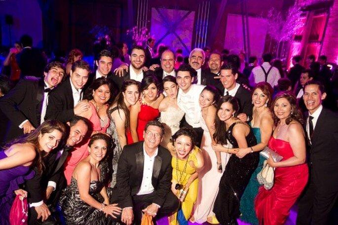 Los invitados, Irma y Javi en la recepción de su boda - Foto Pepe Orellana