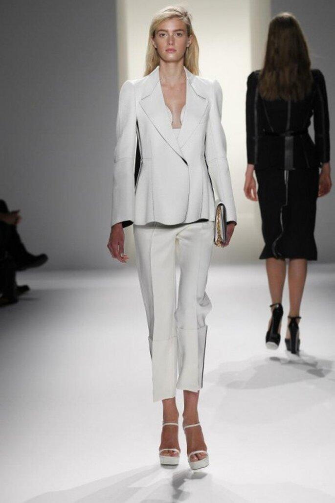 Traje sastre para boda en color blanco con corte recto - Foto Calvin Klein