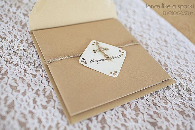 Dentelles, photos vieillies, vieux tissus et vieux bijoux seront parfaits pour votre décoration de mariage vintage - Photo : Once like a Spark