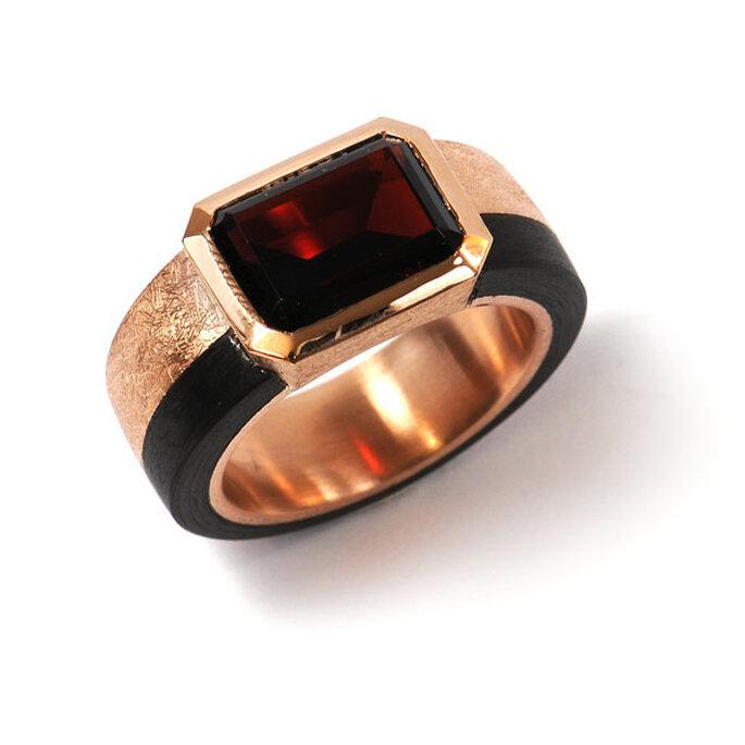 Schwarz, goldener Ring mit rotem stein