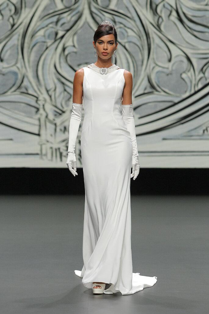 Vestido de novia vintage de satén, sin mangas y apertura por la espalda con detalles con perlas