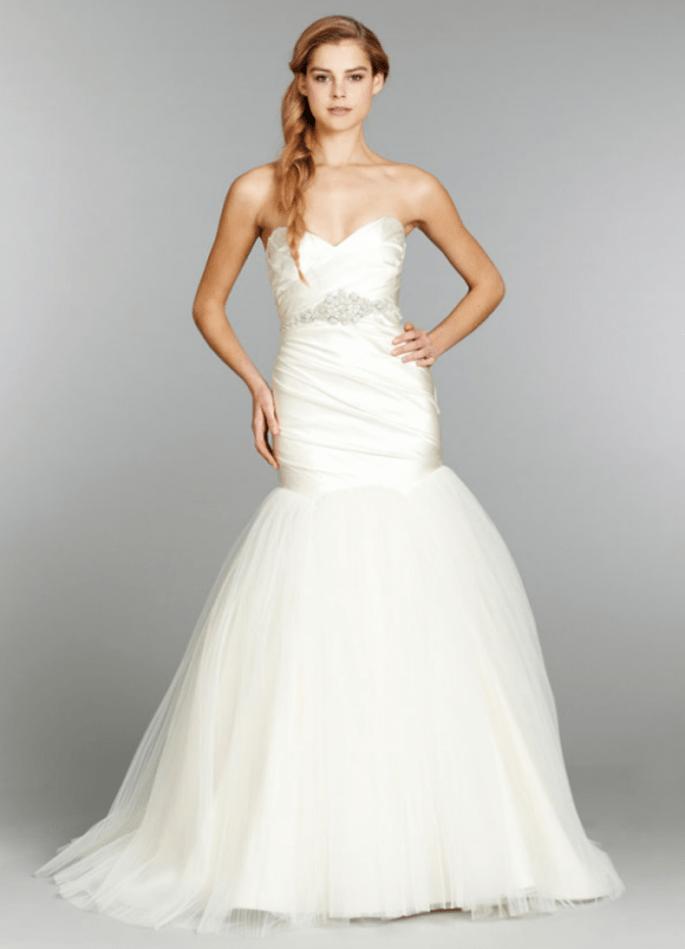 Vestido de novia corte sirena con cinturón de pedrería y falda voluminosa con caída elegante - Foto Hailey Paige en JLM Couture