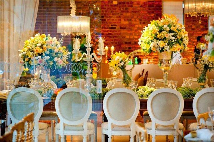 Flores amarelas decoração mesa de casamento