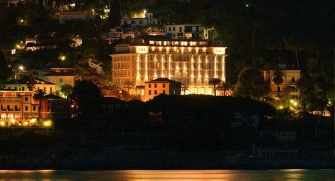 Affascinante veduta notturna del Grand Hotel Bristol di Rapallo. Foto: grandhotelbristol.it