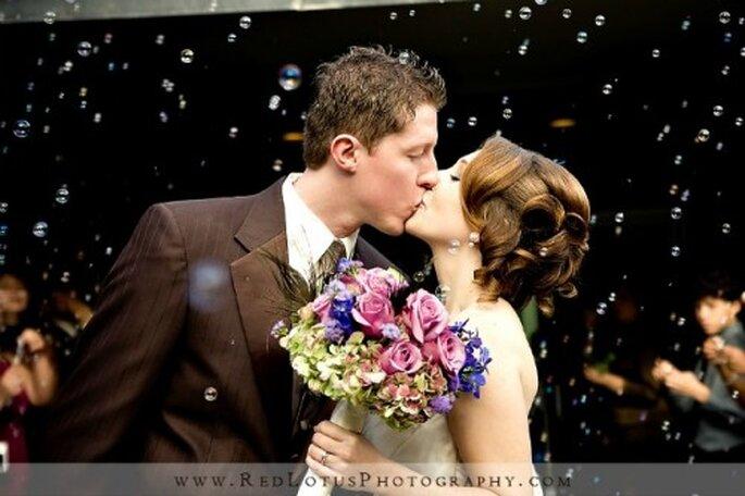 Quoi de plus romantique que des bulles de savon pour la sortie des mariés de l'église ? Source : Red Lotus Photography