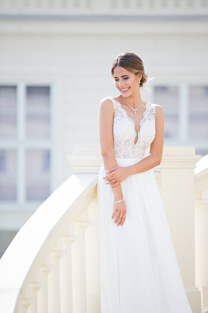 Brautmode. Brautkleid mit Spitzenoberteil und V-Ausschnitt