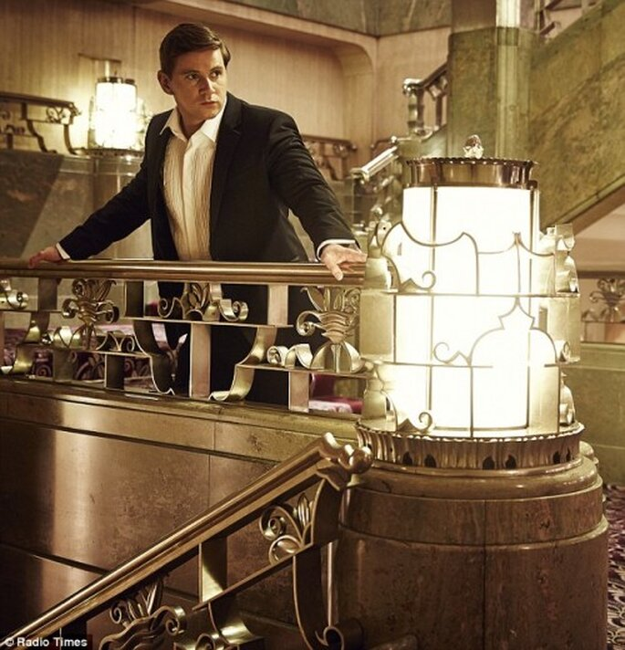 Viste un traje sastre elegante para una sesión de fotos preboda Art Deco - Foto Radio Times
