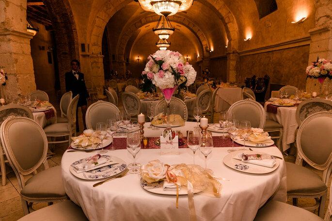 Table de mariage dressée dans une salle en pierres avec des voûtes
