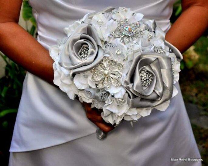 Ramos de novia 2014 con flores metalizadas, botones e incrustaciones de pedrería - Foto Blue Petyl