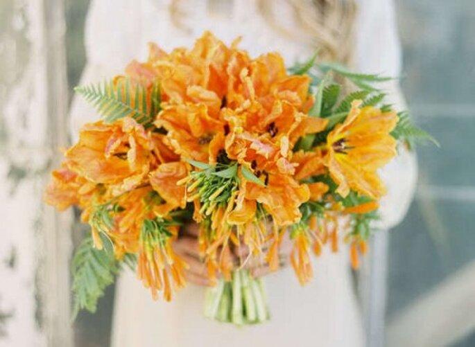 Dale un poco de color y diversión a tu look con un ramo color amarillo - Foto Jose Villa