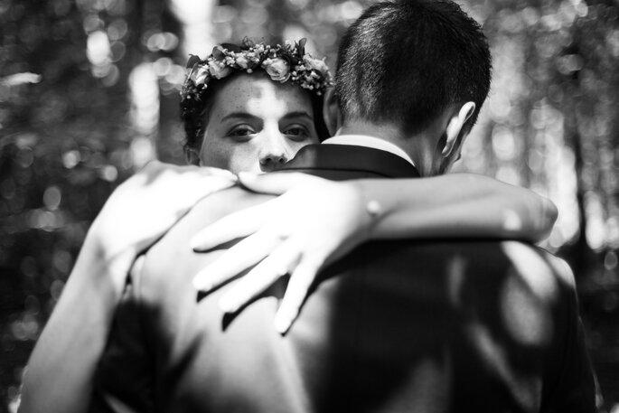Photo en noir et blanc de deux mariés enlacés