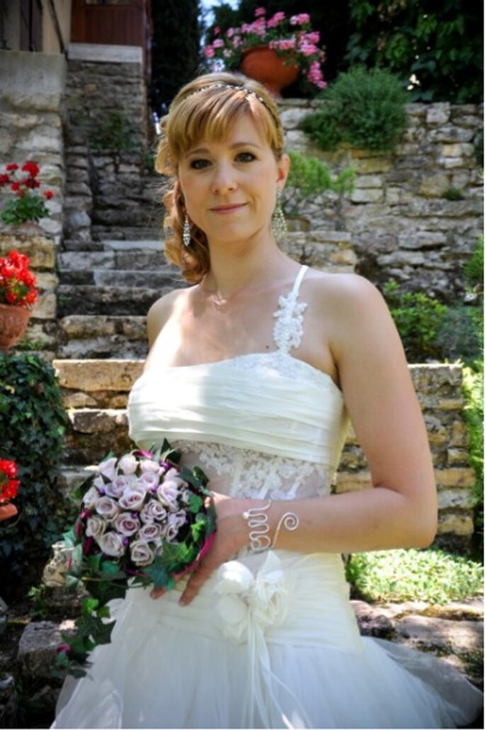 "Mariée Mathilde - Robe de mariée modèle Nu de Illy Tulle collection 2011 - Bracelet ""OUI"" de So-Hélo - Photographe : Sonia BLANC - Mariage gourmand"