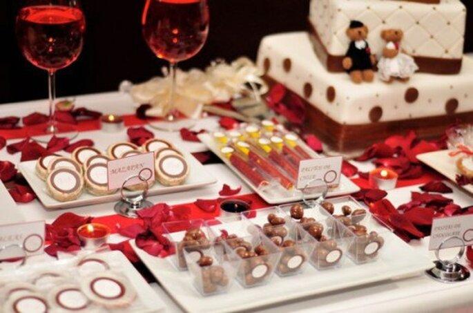 Mesa de dulces con decoración en rojo