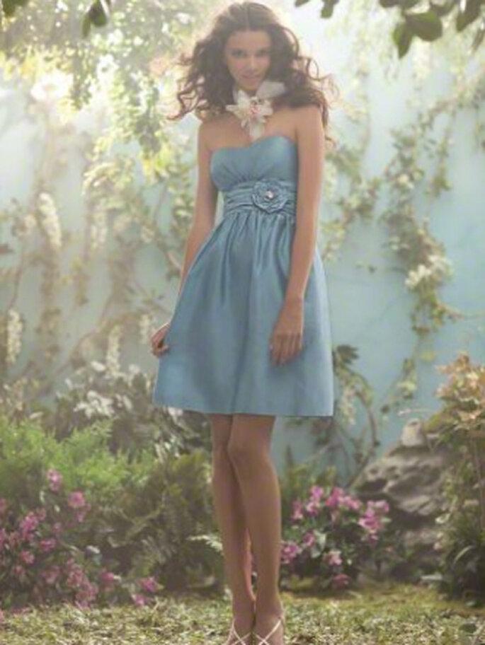 Vestido corto para dama de boda en color azul inspirado en Disney - Foto Alfred Angelo