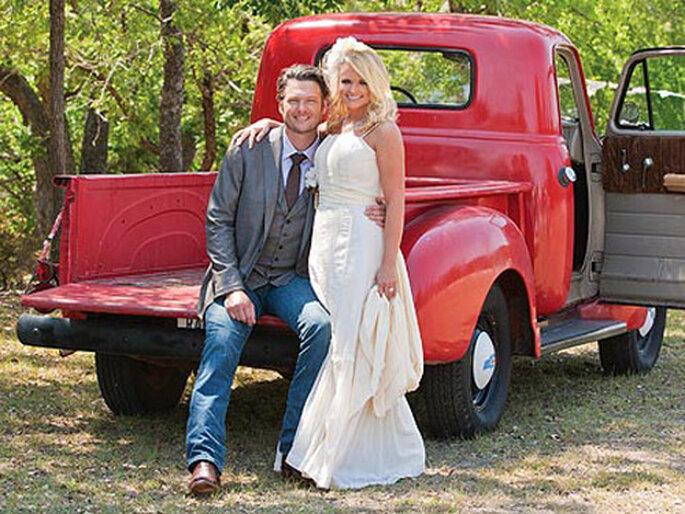 Un pick up vintage dà al matrimonio un aspetto rustico. Foto: Robert Evans via Green Wedding Shoes