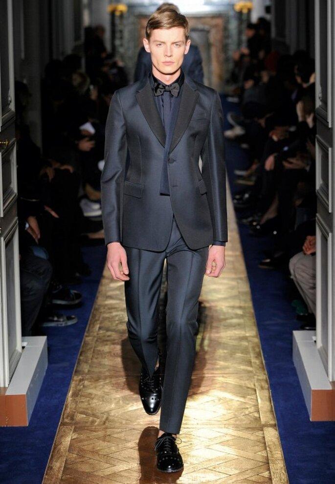 Traje de novio para boda en color negro con acabado lustroso - Foto Valentino