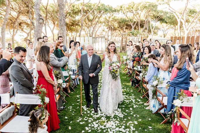 entrada da noiva casamento civil ao ar livre