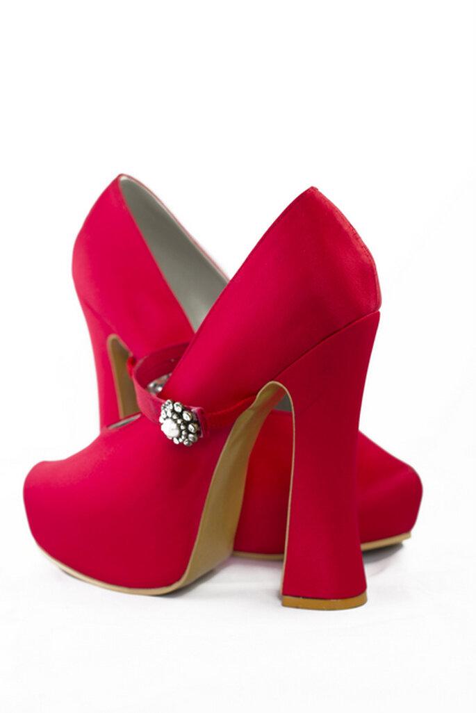 Zapatos de novia cereza: un encantador toque de color para tu atuendo nupcial. Diseño: Adriana Capasso. Foto: http://adriana-capasso.tumblr.com