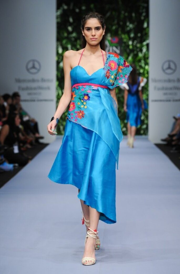 Vestido de fiesta en color azul con rebozo de bordados artesanales multicolor - Foto Mercedes Benz Fashion Week México