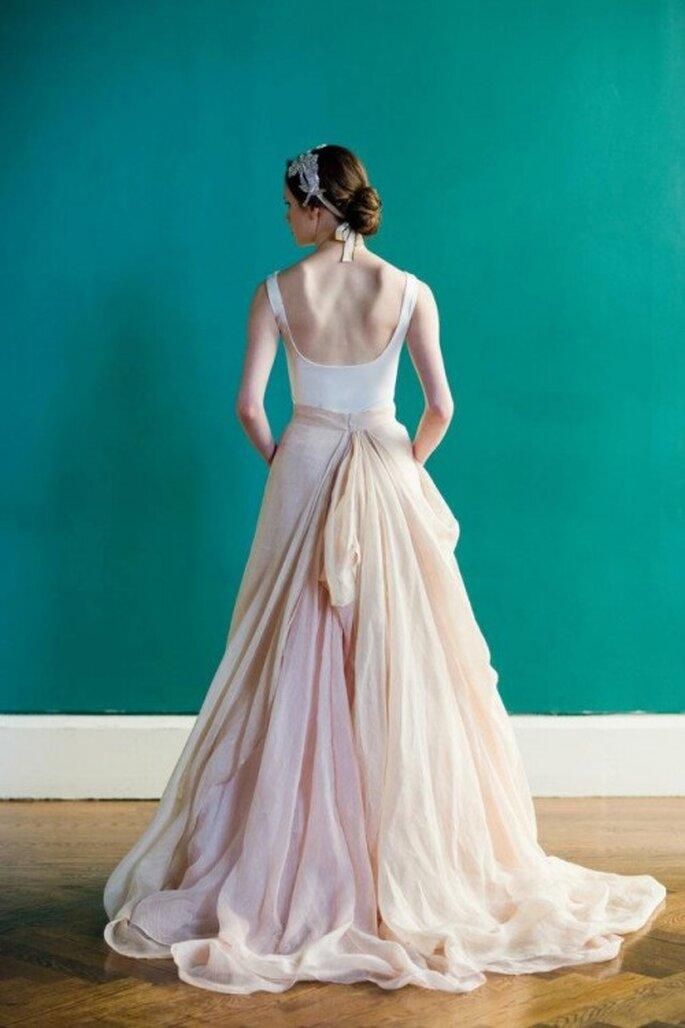 Detalle de un vestido de novia largo en colores claros - Foto Carol Hannah