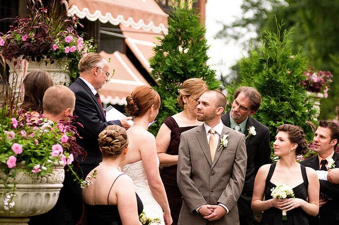 Ceremonia en un jardín. Foto: Corey Balazowich