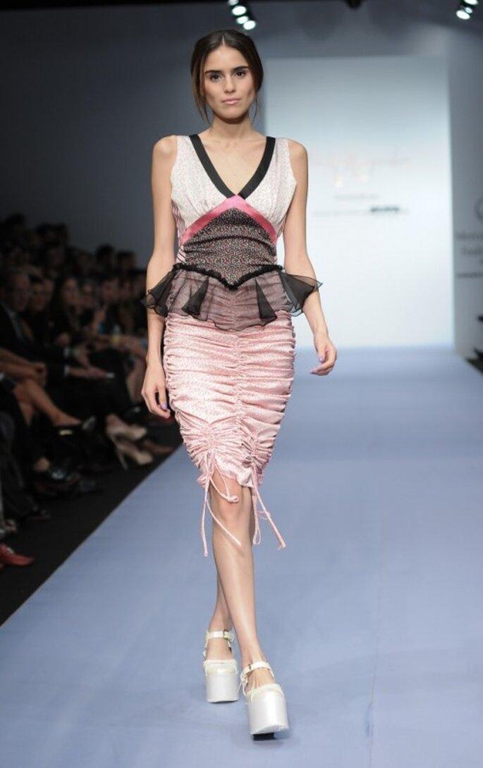 Vestido de fiesta en color rosa pastel con detalle peplum y frunces en la falda - Foto Mercedes Benz Fashion Week México