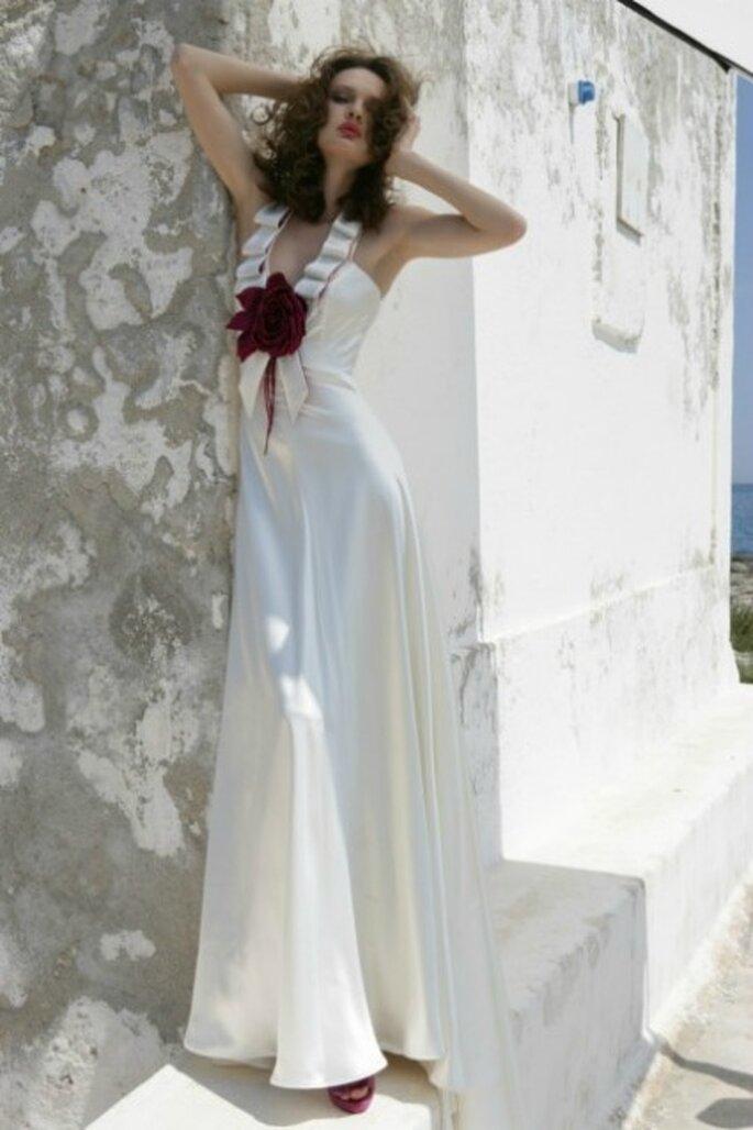 Vestido de novia 2012, seda con escote en V y adorno floral