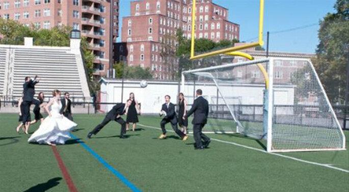 Trash the dress en un estadio de fútbol. Foto de www.theknot.com
