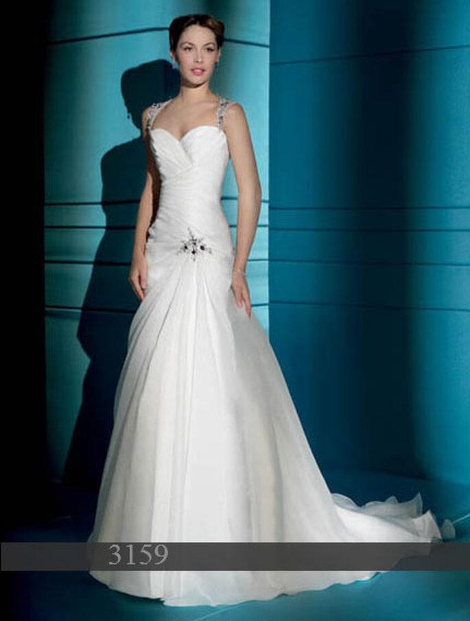 Robe de mariée Demetrios 2011 : Satin et organza - décolleté coeur dans le dos