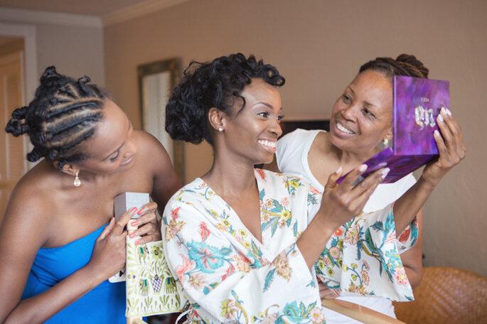 Una divertida tendencia, novias y madrinas con batas floreadas. Foto: 13:13 Photography