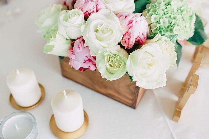 mesa com centro de flores em caixa de madeira cores claras frescas