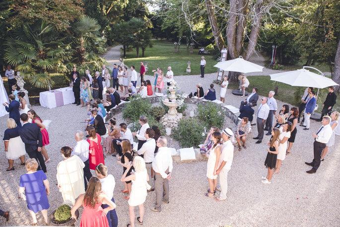 Les invités au cocktail de mariage en extérieur, attentifs