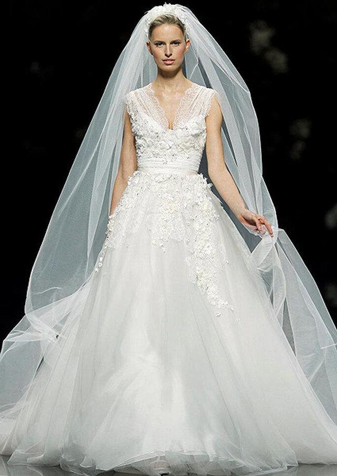 Vestido de novia con escote en uve, de Elie Saab 2013. Foto: Pronovias