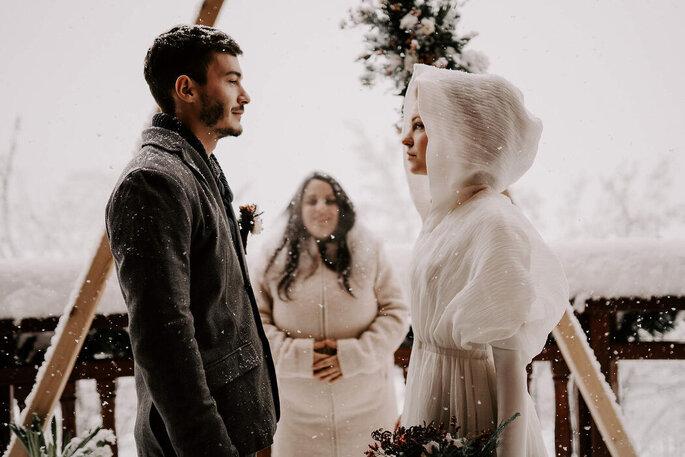 Une cérémonie laïque se déroule sous la neige en montagne avec une officiante