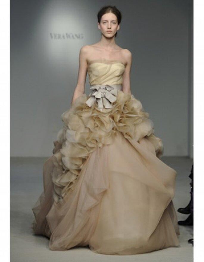 Vestido de novia color nude, apliques de organza con detalle en pétalos de tul y cinturón en moño