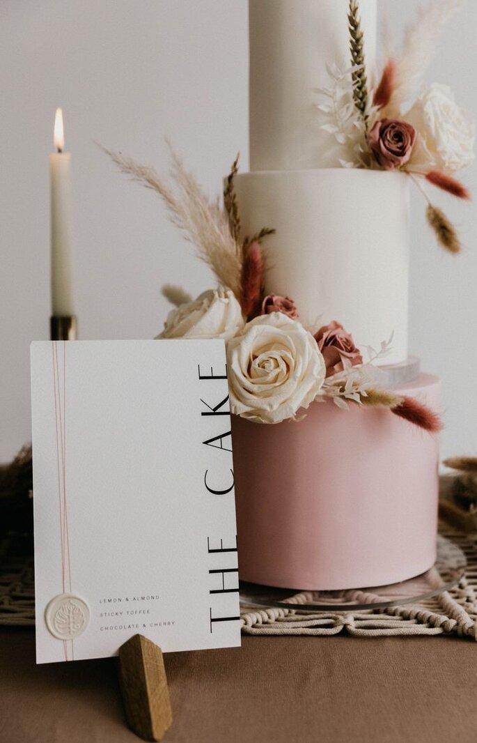 Hochzeitstorte minimalistisch rose und weiß mit Blumendeko
