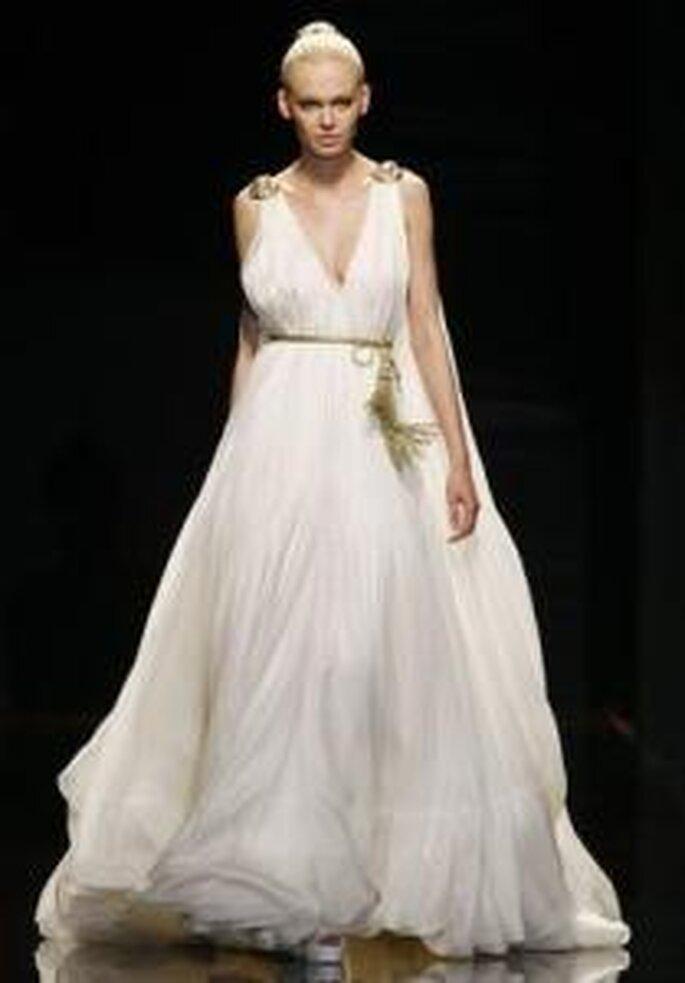 Rosa Clará 2010 - Robe longue en soie, coupe empire, à décolleté en V, ceinture dorée