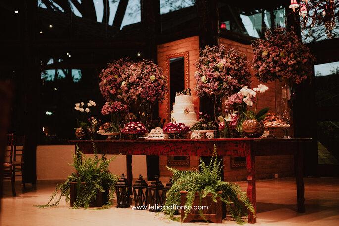 Mesa de doces com decoração rústica