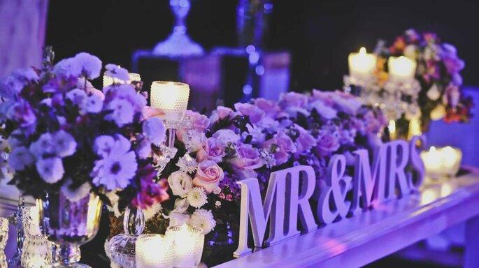 mesa decorada flores y velas
